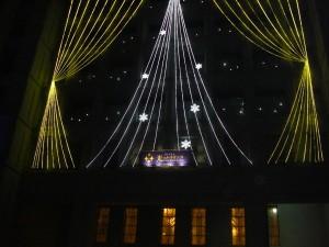 ネオンで光り輝く大阪市役所の玄関